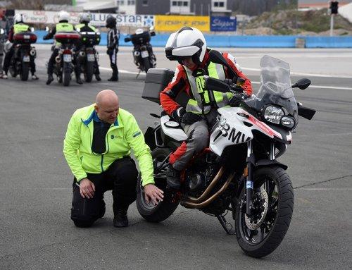 Zakaj bi tudi izkušeni motoristi morali na trening varne vožnje?