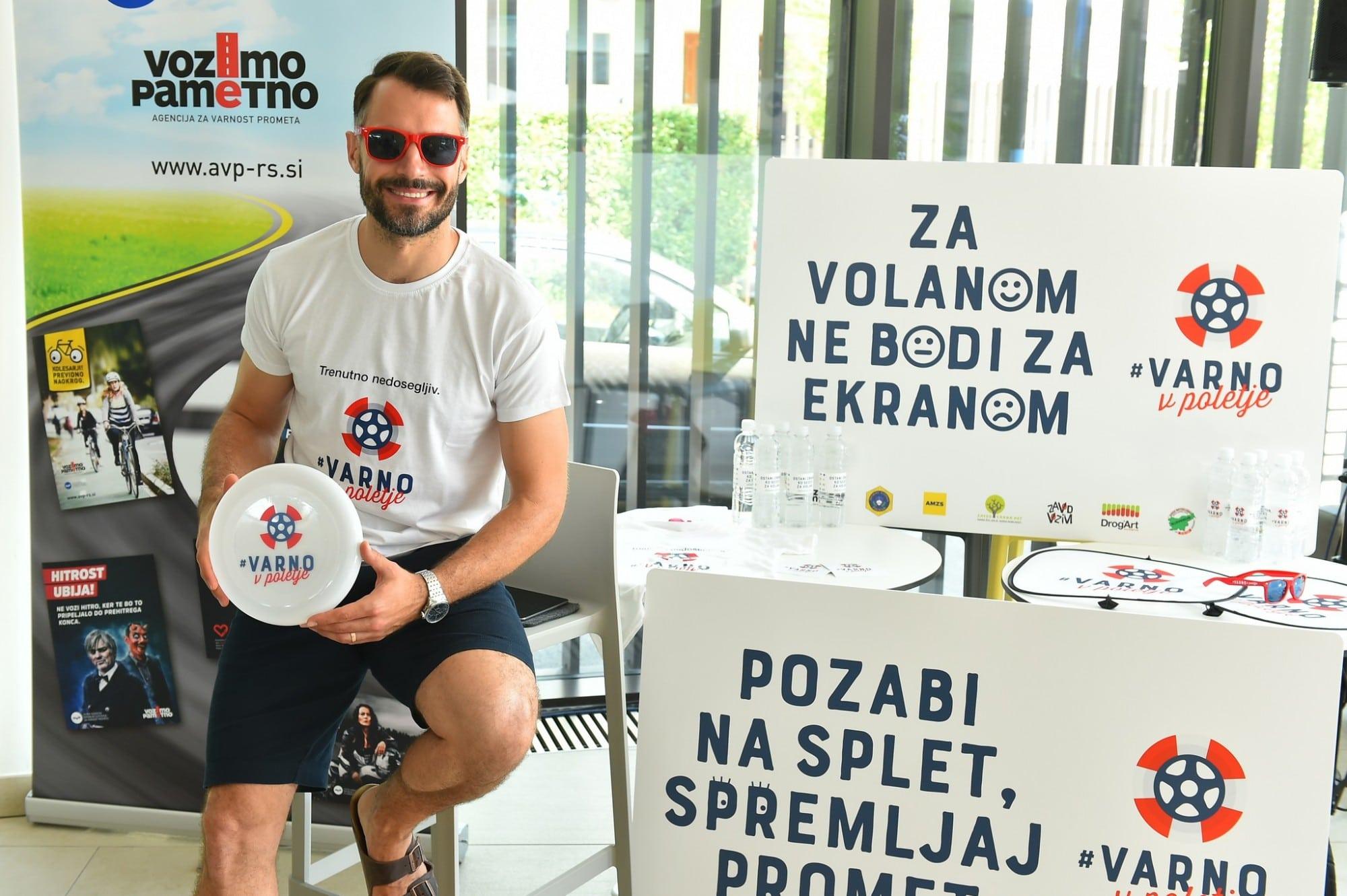 Foto 9 – Voditelj David Urankar z veseljem podpira projekt #VarnoVPoletje in pomaga širiti ozaveščenost o prometni varnosti.
