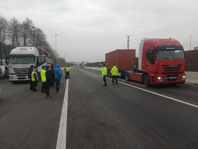 Prikaz nadzora policistov Specializirane enote za nadzor prometa nad tovornimi vozili (Log pri Brezovici)